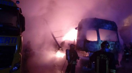 Camion in fiamme nella notte a Lainate
