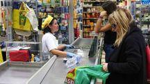 Clienti alla cassa di un supermercato