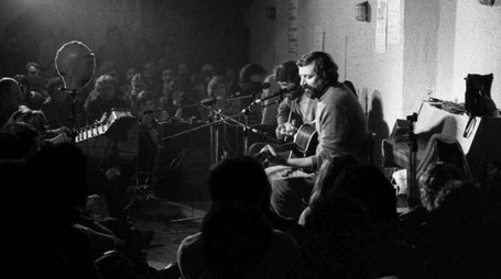 Francesco Guccini in concerto all'osteria negli anni '70