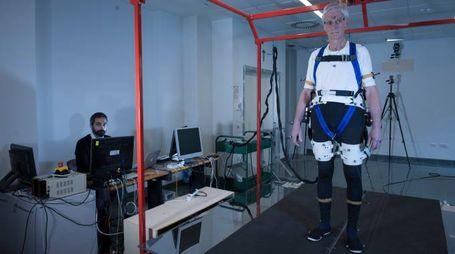 Fulvio Bertelli indossa il prototipo (foto Hillary Sanctuary / EPFL)