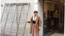 La doppia cancellata divelta dagli stipiti del negozio