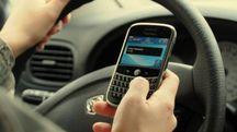 Cellulare in auto, foto generica