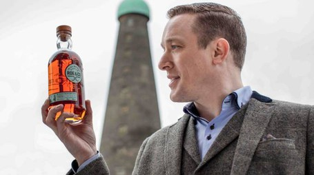 Peter O'Connor, brand ambassador di Diageo, con una bottiglia di Roe & Co – Foto: Diageo