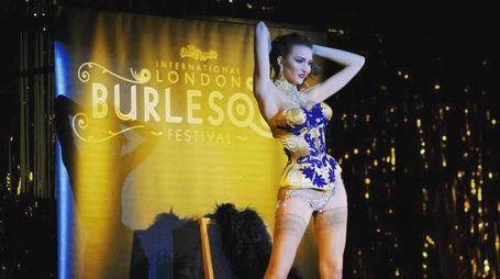 Sul palco del London Burlesque Festival