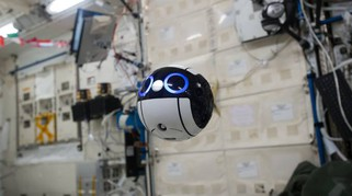Un drone super carino si aggira per la ISS