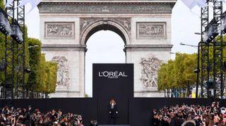 Parigi, da Irina Shayk a Jane Fonda per la sfilata di L'Oréal sugli Champs Elisèes