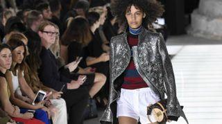 Parigi, Louis Vuitton sfila nel cuore del Louvre e apre il megastore