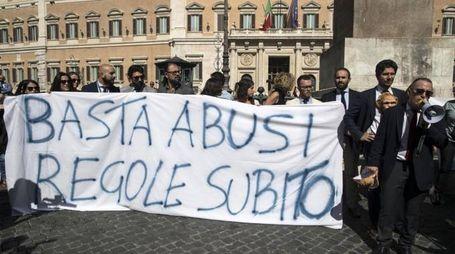 Roma, a Montecitorio la protesta dei collaboratori parlamentari (Ansa)