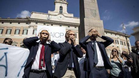 Flashmob organizzato dall'Associazione collaboratori parlamentari a Roma (Ansa)