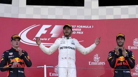 Hamilton sul podio del Gp del Giappone tra Verstappen e Ricciardo (Ansa)