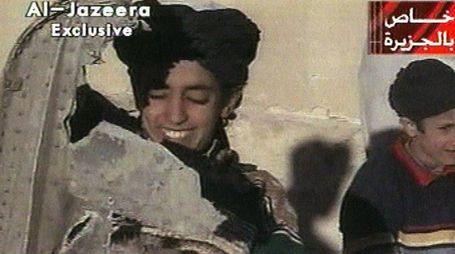 Hamza Bin Laden con dei pezzi di un elicottero Usa (Lapresse)