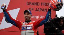 Dovizioso festeggia la vittoria del MotoGp del Giappone 2017 (Afp)