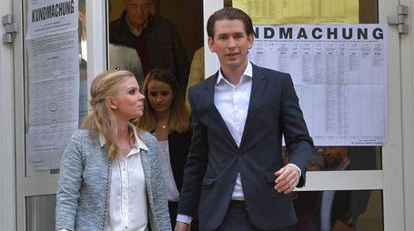 Sebastian Kurz con la compagna Susanne Thier (Afp)