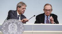 Il presidente del Consiglio Gentiloni e il ministro dell'Economia Padoan (Ansa)