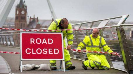 La chiusura di un ponte in Nord Irlanda per l'arrivo dell'uragano Ophelia (Lapresse)