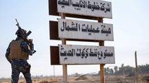 Un soldato iracheno vicino al cartello stradale che indica Kirkuk (Lapresse)
