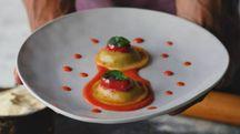 Ravioli con ricotta di mandorle, bietola e pomodorini