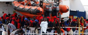 Migranti, maxi-sbarco a bordo della Vos Hestia di Save the Children - Lapresse