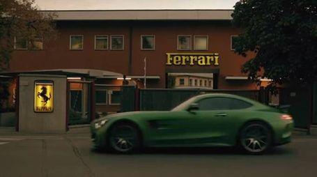 Una Mercedes sfila davanti alla Ferrari a Maranello (da youtube)