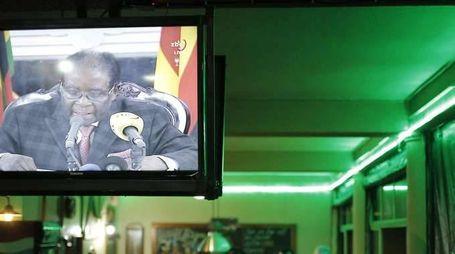 Mugabe parla in tv ma non si dimette