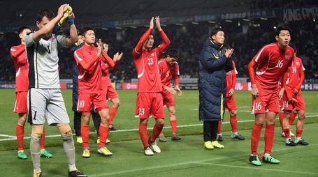 I giocatori nortcoreani ringraziano i tifosi a Tokyo (Afp)