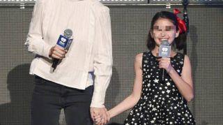 Katie Holmes sul palco con la figlia. Look impeccabile per la piccola Suri