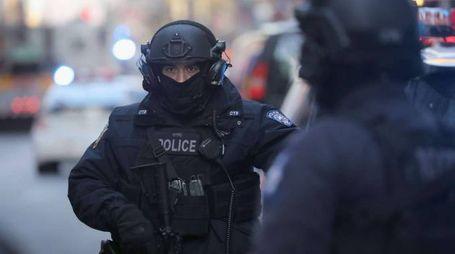New York, polizia vicino alla stazione dei bus dove è esploso il tubo-bomba (Afp)