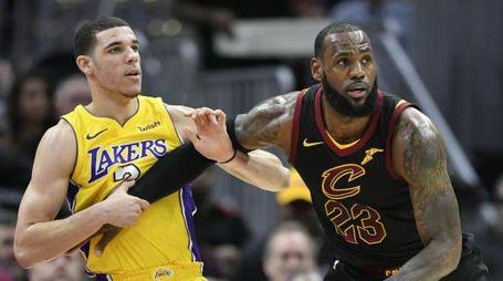 LeBron James e Lonzo Ball (LaPresse)