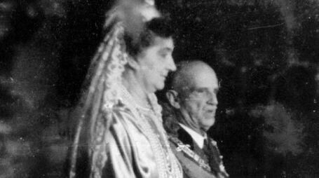 La regina Elena, seconda regina d' Italia, con re Vittorio Emanuele III nel 1938 (Ansa)