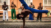 Un ballerino di capoeira per le strade di Bahia - foto felipefrazao istock