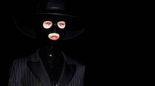 Moschino osa a Milano Moda Uomo. E in passerella spunta una maschera sadomaso