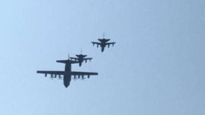 Tre aerei militari nel cielo di Milano (Foto Facebook)