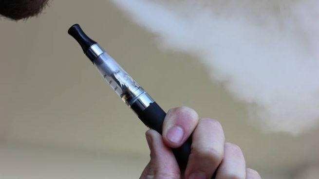 Un fumatore di sigaretta elettronica