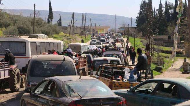Civili in fuga da Afrin (Lapresse)