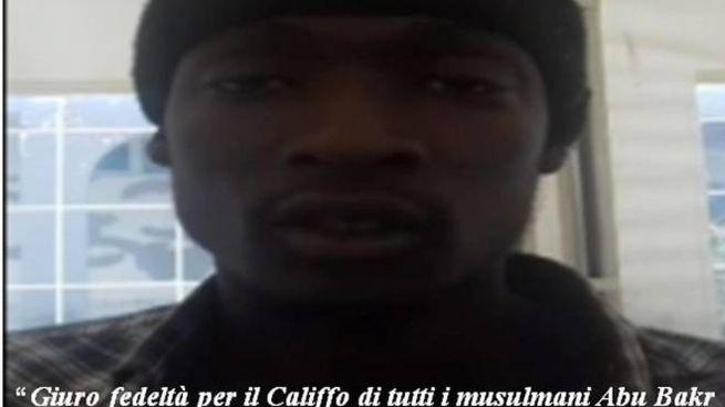 Alagie Touray, 21 anni, in un video giura fedeltà all'Isis (Ansa)