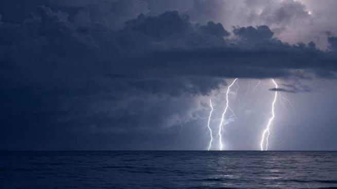 Un fulmine cade in mare (foto d'archivio iStock)