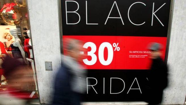 La vetrina di un negozio pubblicizza il Black Friday (Lapresse)