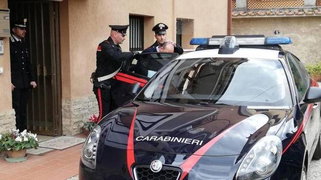 Antonio Brigida, viene portato via dai carabinieri dopo aver sparato alla moglie (Ansa)