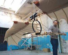 Andrea Bernardoni con un un modello di macchina volante ispirato ai disegni di Leonardo
