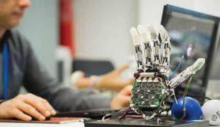 All'opera nell'Artificial Hands Area presso l'Istituto di Biorobotica, - Sant'Anna - Pisa