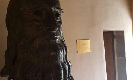 Il volto scultoreo di Leonardo così come appare all'interno della sua casa natale