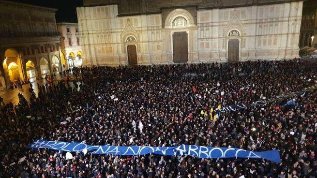 Piazza Maggiore piena di sardine a Bologna (Dire)