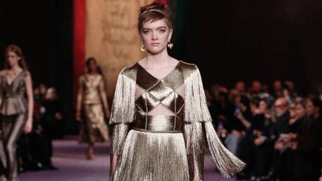 Peplo di frange d'oro in passerella per Dior