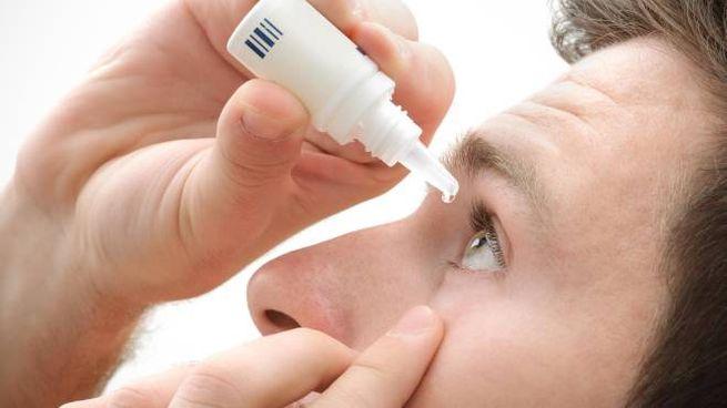 Colliri o lacrime artificiali contro l'occhio secco