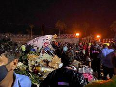 Aereo esce di pista per la pioggia: almeno 20 morti
