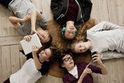 Un gruppo di amici intenti a 'smanettare' con smartphone e tablet