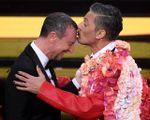 Baci e abbracci, nel nome di Sanremo. Poltrone vuote all'Ariston. Ma l'Italia canta