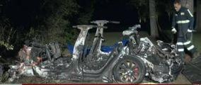Nessuno al volante della Tesla, tragico fuori strada  Morti i due passeggeri nell'auto a fuoco