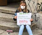 Anita, la giovane studentessa Torinese davanti alla sua scuola