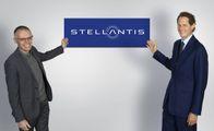 I vertici Stellantis: il ceo Carlos Tavares, 62 anni, e il presidente John Elkann, 45 anni